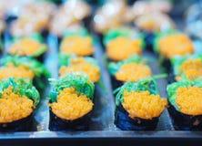 Uppsättningen för den bästa sikten av sushi och makien rullar Japan foods på tabellen arkivbilder