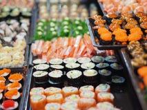Uppsättningen för den bästa sikten av sushi och makien rullar Japan foods på tabellen royaltyfria foton