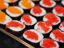 Uppsättningen för den bästa sikten av sushi och makien rullar Japan foods på tabellen arkivfoto