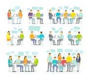 Uppsättningen för folk för kontorslagaffären som sitter den stora diskuterar möte, skrivbordarbete Arkivbild
