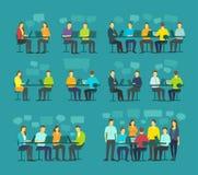 Uppsättningen för folk för kontorslagaffären som sitter den stora diskuterar möte, skrivbordarbete Royaltyfri Fotografi