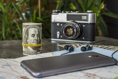 Uppsättningen för sommar snubblar med en grupp av pengar Arkivbilder