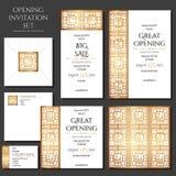 Upps?ttning av inbjudankorten med den guld- prydnaden Lagra ?ppningen Samling: kort kuvert, aff?rskort arkivbild