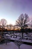 Uppsala kyrkogård på skymning, Sverige, Januari 16, 2013 Royaltyfria Foton