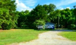 Uppsamlingar och ett gammalt trähus Lantligt liv i Texas, USA royaltyfri fotografi