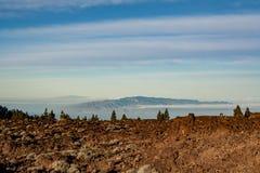 Uppseendeväckande sikt från berget till de angränsande öarna i havet arkivfoto