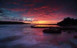 Uppseendeväckande soluppgång på Malabar vaggar pölen Sydney Royaltyfri Foto