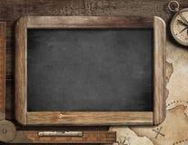 Uppskatta på översikten, svart tavla, den gamla kompasset och linjalen Fotografering för Bildbyråer