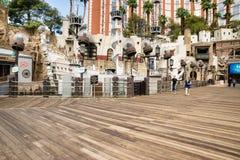 Uppskatta östrandpromenaden och piratkopiera skeppet Arkivbilder