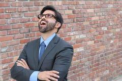 Uppsluppen affärsman som ser upp med hans öppna munsned boll Arkivbild