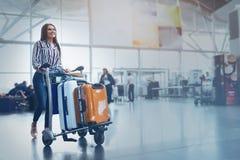 Uppsluppen kvinna som bär hennes bagage Arkivbild