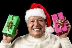 Uppsluppen pensionär som erbjuder den gröna och rosa gåvan Arkivbild