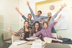 Uppsluppna skratta barn som har gyckel royaltyfria foton