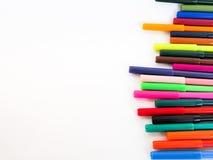 Uppställda färgpennor arkivbild