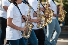 Uppställda saxofonspelare Arkivbild