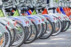 Uppställda uthyrnings- cyklar, Zhuhai, Kina Arkivfoton