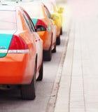 Uppställda väntande på kunder för Toronto taxitaxiar Arkivfoton