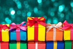 Uppställning av färgrika gåvor. arkivfoton