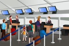 Uppställning på incheckningsdisken i flygplatsen Royaltyfria Foton