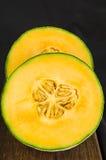 Uppställt cantaloupmelonmelonsnitt i halva och Royaltyfri Fotografi