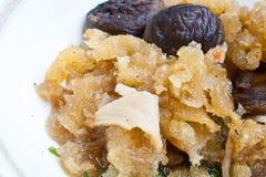 Uppståndelse Fried Fish Maw med Shiitakechampinjonen Royaltyfria Bilder