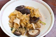 Uppståndelse Fried Fish Maw med Shiitakechampinjonen Arkivbilder