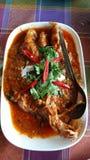 Uppståndelse Fried Local Fish i röd curry och kokosnöten mjölkar Arkivbilder