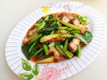 Uppståndelse stekt kale med crispy pork arkivbilder