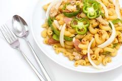 Uppståndelse-stekt macaroni med gräsplan klumpa ihop sig peppar arkivbild
