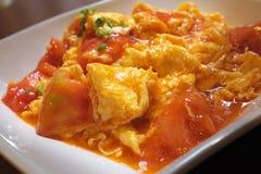 Uppståndelse stekt tomat och ägg Fotografering för Bildbyråer