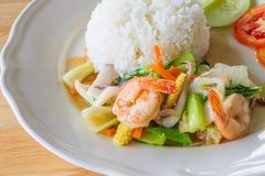 Uppståndelse stekte blandade grönsaker med skaldjur Royaltyfria Bilder