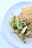 Uppståndelse stekte kryddig skaldjur med svartpeppar och thai stilomelett med ris på den vita maträtten, thailändsk kryddig örtma royaltyfri fotografi