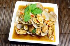 Uppståndelse stekte musslor med grillad chilideg royaltyfri foto