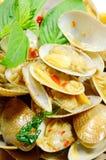 Uppståndelse stekte musslor med grillad chilideg royaltyfri bild