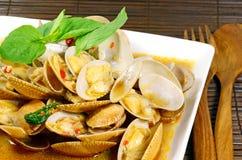 Uppståndelse stekte musslor med grillad chilideg royaltyfri fotografi