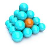 uppsätta som mål för pyramid för boll som en är unikt Royaltyfria Bilder