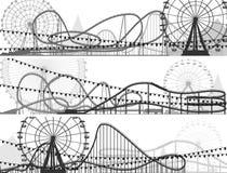 Uppsättning av baner av berg-och dalbanan och Ferris Wheel. Arkivfoto