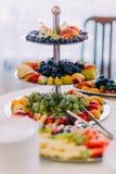 Uppsättning av beautifully dekorerade frukter på företags partihändelse eller bröllopberöm Arkivfoton