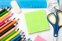 Uppsättning av brevpapperskola- och kontorshjälpmedel Arkivbild