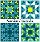Uppsättning av fyra stilfulla geometriska sömlösa modeller med trianglar och fyrkanter av kricka-, guling-, blått- och vitskuggor Royaltyfri Foto