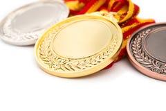 Uppsättning av guld- silver- och bronsutmärkelsemedaljer på vit Royaltyfri Foto