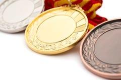 Uppsättning av guld- silver- och bronsutmärkelsemedaljer på vit Royaltyfri Fotografi
