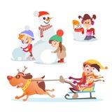 Uppsättning av gulliga den tecknad filmungar, pojkar och flickan som spelar i vinter Royaltyfri Bild