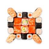 Uppsättning av sushi, maki, gunkan och rullar som isoleras på vit Arkivfoto