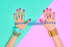Uppsättning för modetillbehör för watcheswhite för bakgrund tät övre wrist Kvinnligt räcka Royaltyfria Foton