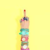 Uppsättning för modetillbehör för watcheswhite för bakgrund tät övre wrist Kvinnligt räcka Arkivfoto
