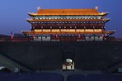 Upptäckt av Kina: Xian stadsvägg och södra port royaltyfri foto