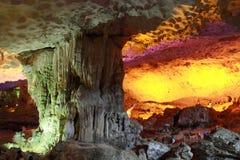 Upptäckt sjungen fyllbultgrotta - stalaktitgrotta i mummel långa Viet Nam royaltyfria foton