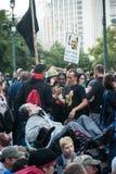 Uppta att samla för Wall Street personer som protesterar Fotografering för Bildbyråer
