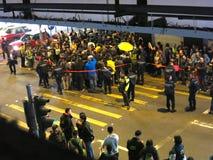 Uppta den Mongkok gataprotesten: Personer som protesterar och polissammandrabbning Royaltyfri Fotografi